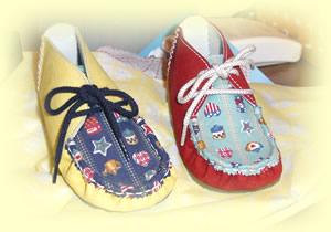 このページでは、実際に履いて歩ける、本格的な赤ちゃん靴を自作する方法を説明します。型紙をプリントして、各パーツを裁断、貼り付け、縫い合わせれば出来上がり。