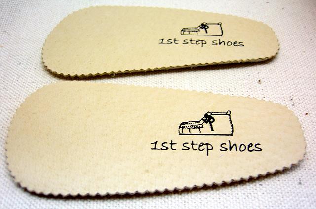 中敷に刻印されている1st step shoesのロゴ